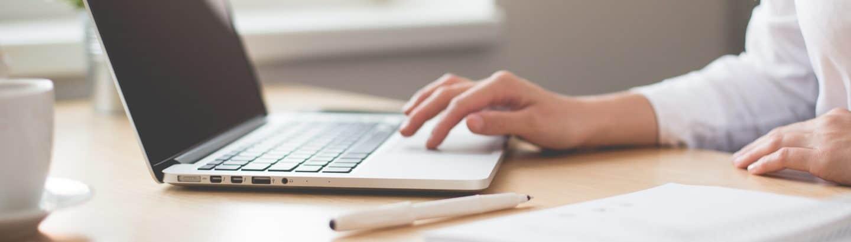 Allgemeinuebersetzer bei der Arbeit am Laptop