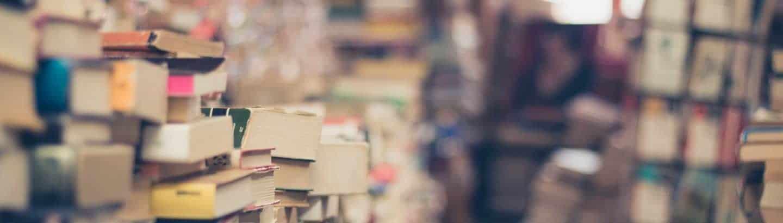 Literatur und Schriftstücke in einem Raum gelagert, die auf eine literarische Übersetzung warten