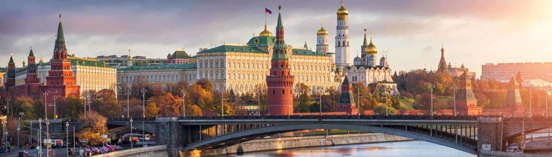 Der Kreml in Moskau bei Sonnenaufgang mit Russisch Dolmetschern