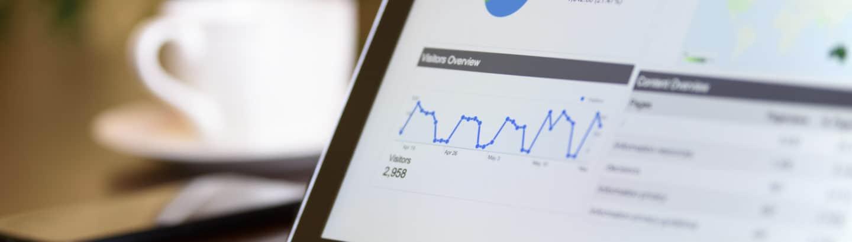 Tablet mit Ergebnisgrafiken der Seo-Uebersetzung