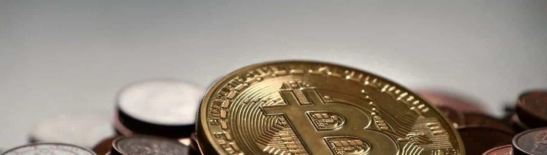 Foto von Bitcoin Münzen vor grauem Hintergrund