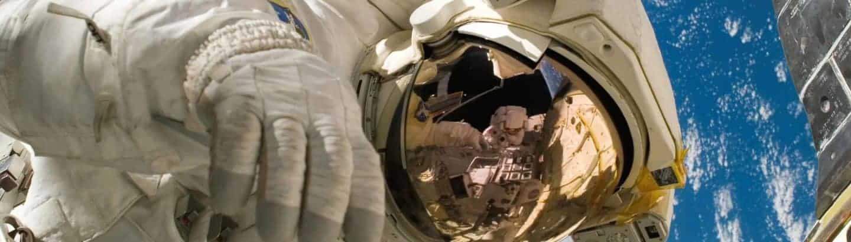 Austronaut im Weltraum bei wissenschaftlichen Arbeiten